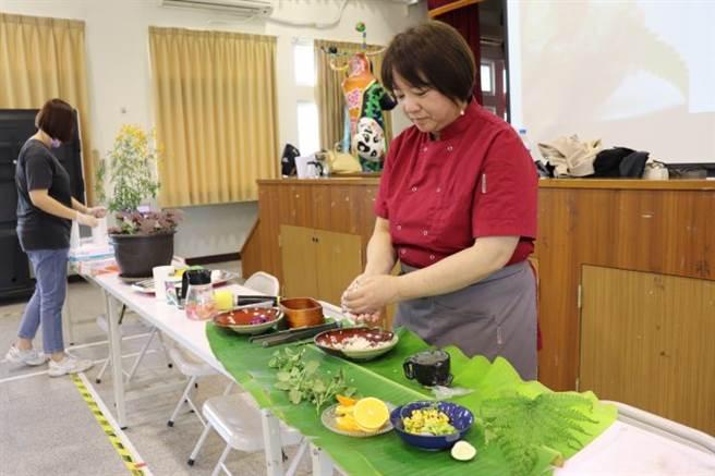 廖千慧主廚為大家示範如何做出各具特色的飯糰。(圖/銘傳大學提供)