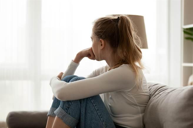 女大生與男友熬夜讀書,提議到對家家中睡覺,沒想到他的父母竟報警抓人,並提告和誘罪。(示意圖/Shutterstock提供)