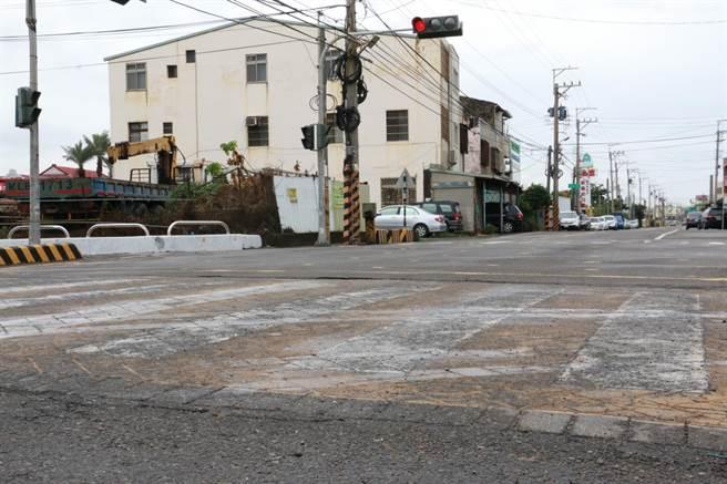 梧棲區中央路破損,影響用路人安全。(陳淑娥攝)