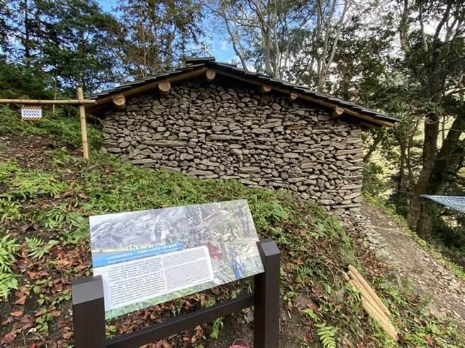 花蓮縣文化局也偕同在地布農族人,修復Istasipal家族的石板老屋。(羅亦晽攝)