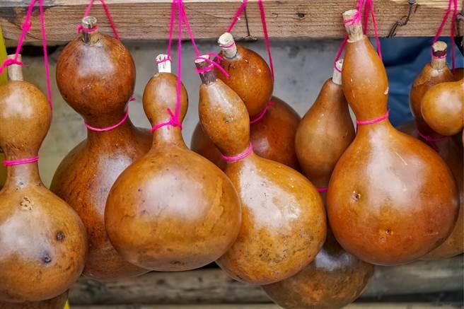 泰國一名住戶發現,自家養的母雞竟生下一顆葫蘆形狀的蛋,並將其視為吉祥物供奉。(示意圖/達志影像)