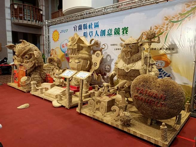 三星監獄受刑人以稻草編織的創意稻草人,成了讓人驚艷的藝術作品 。(胡健森攝)