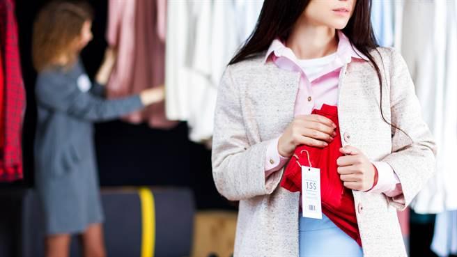 辛巴威一名女子逛服飾店時,被店家發現行為詭異,掀衣盤查才發現她偷竊。圖片為示意圖非本人。(圖/shutterstock)