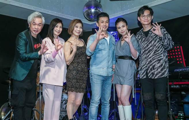 歌手康康(左起)、黃嘉千、郎祖筠、EZ5老闆許理平(虎哥)、林芯儀、卓義峰日前在30周年傳奇演唱會售票記者會合影。(粘耿豪攝)