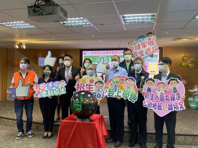 台南市今天首度舉行全市公幼新生入園電腦抽籤直播作業,家長擠破頭想讓孩子讀公幼,減輕負擔,但又傳出私幼要喊漲。(曹婷婷攝)