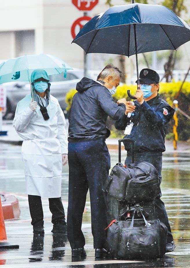 华航机师染疫风暴持续延烧,桃园医院团队已在华航园区设置临时医疗站,执行採检、抽血及疫苗接种等作业,1名离开机场防疫旅馆的机组员(中)准备前往华航园区。(范扬光摄)