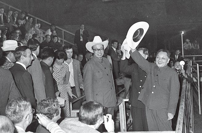 1978年底,邓小平掌权后,中美关系升温,并以韬光养晦做为外交战略。图为1979年1月28日至2月5日,邓小平对美国进行正式访问。这是中共建政,中国领导人首次访美。 (新华社)