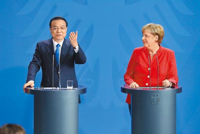 大陸國務院總理李克強(左)與德國總理梅克爾舉行視訊會議,強調要推動中德疫苗互認。圖為兩人2018年第五輪中德政府磋商後共同會見記者。(中新社)