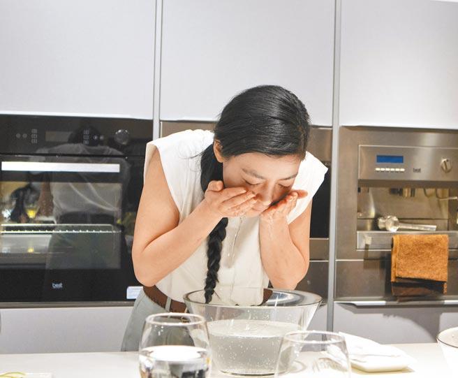 日本模特兒峰岸千尋示範以氣泡水洗臉。(林欣儀攝)