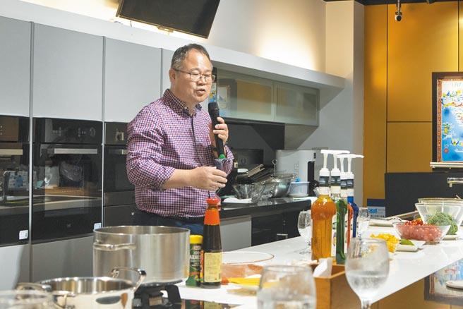 世磊總經理謝維雄為氣泡水烹調體驗做開場。(林欣儀攝)