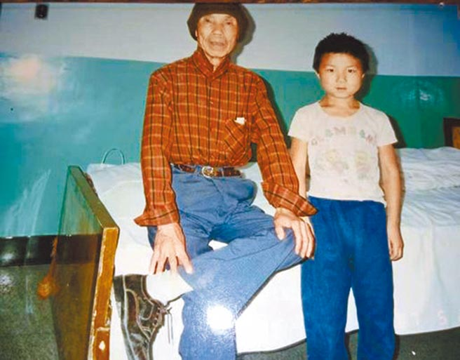 1997年5月周夢蝶與孫子周鐵軍。(作者提供)