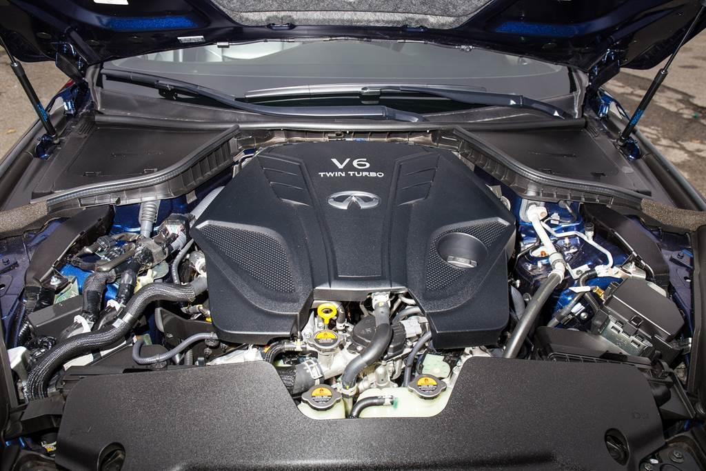 新年式重點就在於此具VR30DETT引擎,3.0升排氣量加上缸內直噴、雙渦輪增壓,在較低輸出的Q50上只配備一具中冷器,若是400hp版本則採用雙中冷器來增進散熱效能。