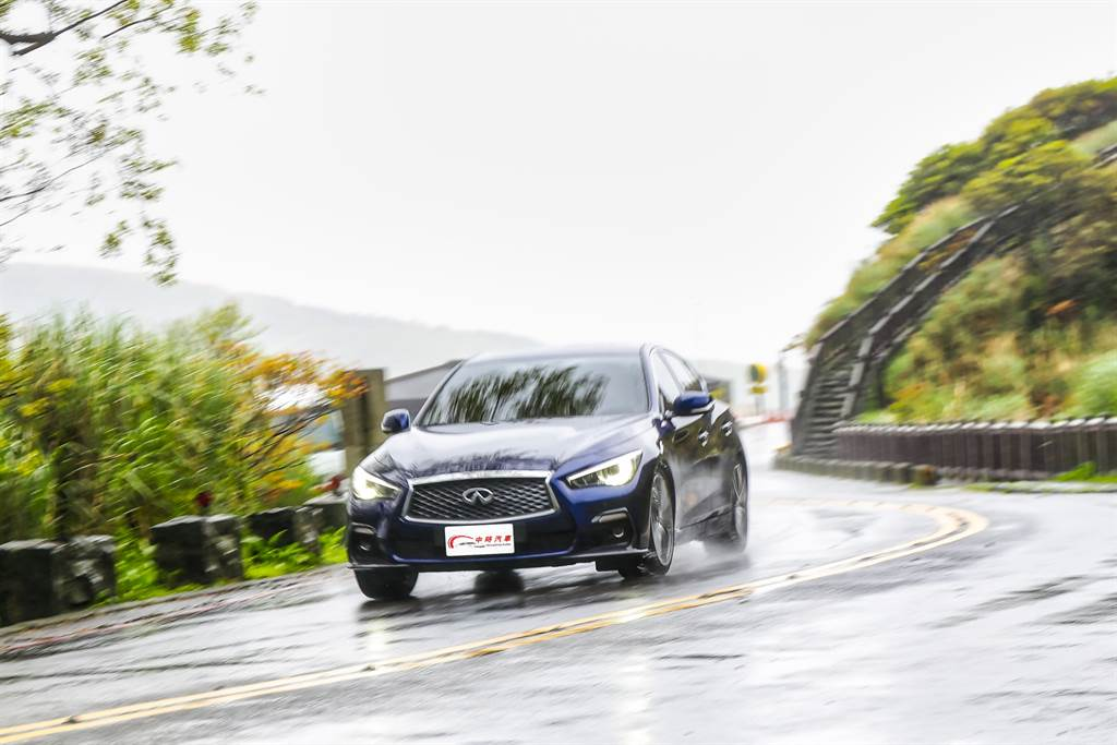 換上更大排氣量,但並未極度壓榨動力的情況下,Q50更具豪華房車風範。