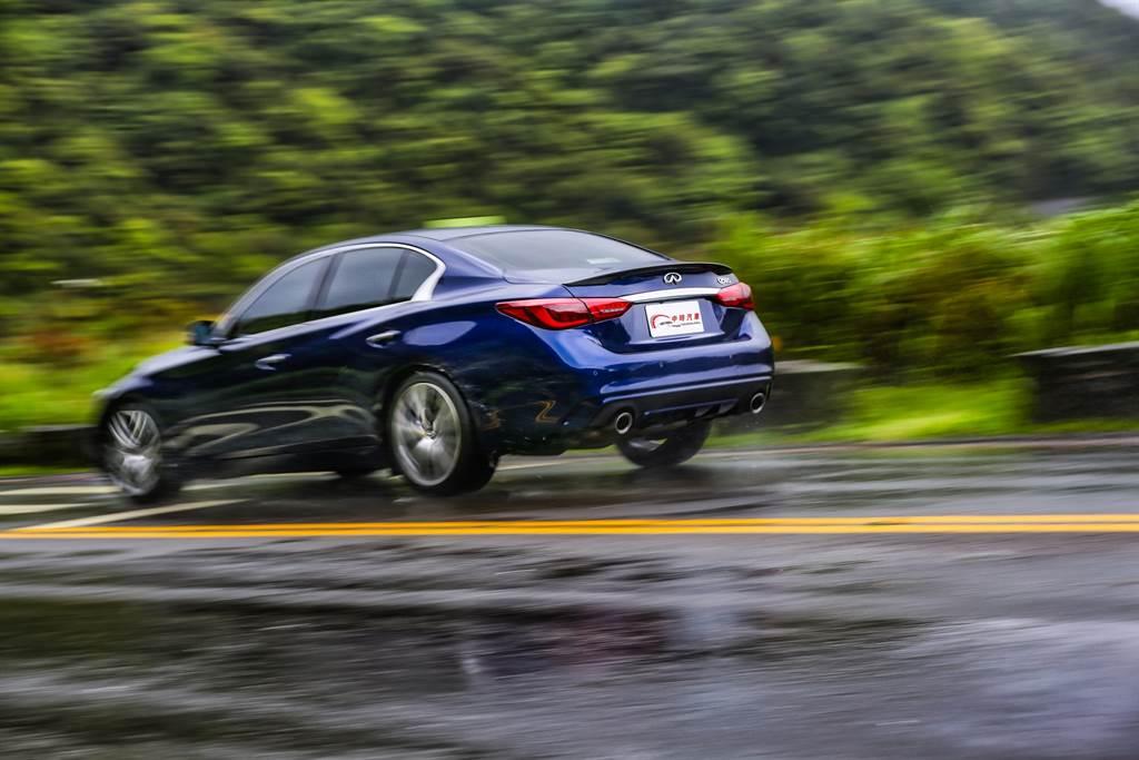 頂規Sliver Sport車型在底盤調校上獨家搭載許多強化運動性能的配備,使其操控身手更上層樓。