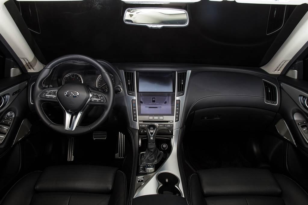 車艙佈局維持以往,中控台以Intouch雙螢幕系統作為主體。