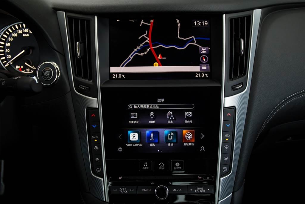 雙螢幕配置將導航/娛樂系統置於上螢幕,其他車內系統置於下螢幕,兩者不會互相干擾。