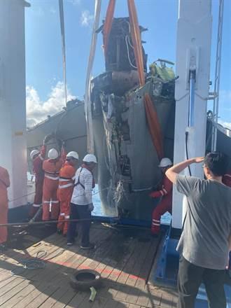 F-5E失事戰機打撈上船 後續釐清事故原因