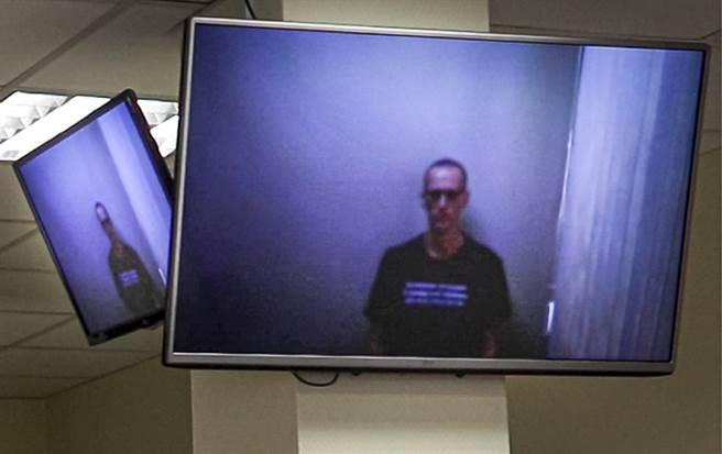 俄羅斯反對派領袖納瓦尼(Alexei Navalny)今天在獄中透過視訊出庭,他看起來身形憔悴,但仍持反抗態度。這是他自上週結束絕食以來首次公開露面。(圖/美聯社)
