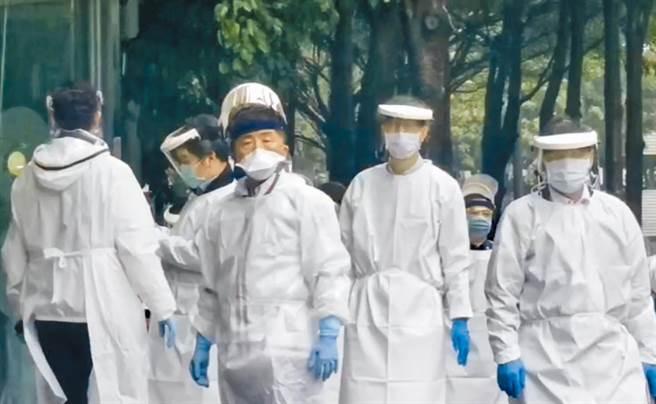 陳時中帶隊進駐華航諾富特飯店,400多人(含百餘名機師)強制送往集中檢疫所。(讀者提供)