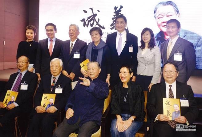 東和鋼鐵榮譽董事長侯貞雄(前排中)本報資料照片