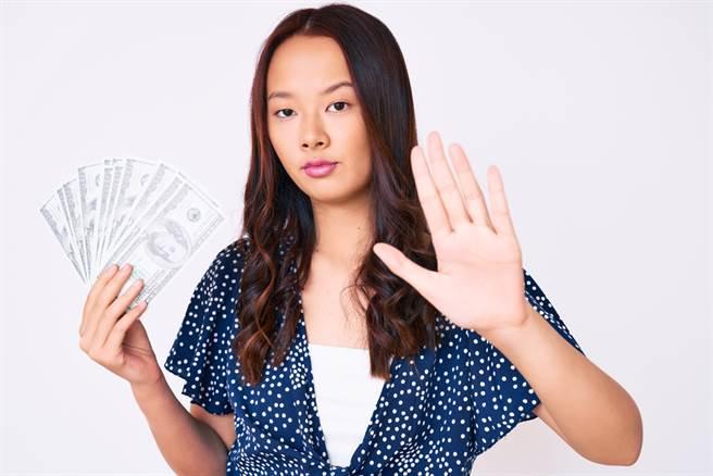 如果女人的指甲圓又紅、掌厚無指縫、左右雙斷掌,代表她們擁有富貴命格。(示意圖/shutterstock)
