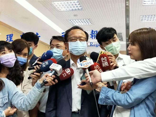 陳嘉昌表示,「警察是一個團隊 ,我還比署長大兩屆,這部分會再溝通,就不再多說明,今後台北市警察局跟警政署還是會繼續在相關工作合作」。(黃捷攝)