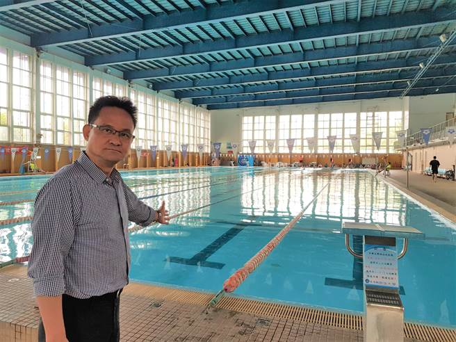 台中市議員張耀中表示,限水共體時艱,但有家長接到學校說要繳游泳課程的費用,覺得很荒謬,為何還要進行大量用水的課程活動?難道說缺水是假消息嗎?(盧金足攝)
