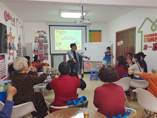 吳旭平在樂齡學習中心為老師培訓。(作者提供)