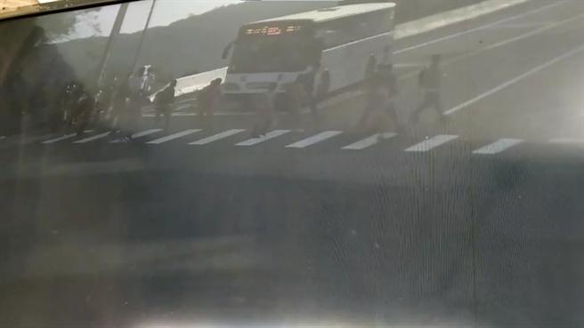 台中嘉陽高中30日上午發生公車輾斃一名高一女學生的事故,事發當時公車疑似煞車失靈,直直撞上正在過馬路的女學生,圖片可見當時有多位學生也行走在斑馬線上,目擊了撞擊過程。(家屬提供/陳淑娥台中傳真)