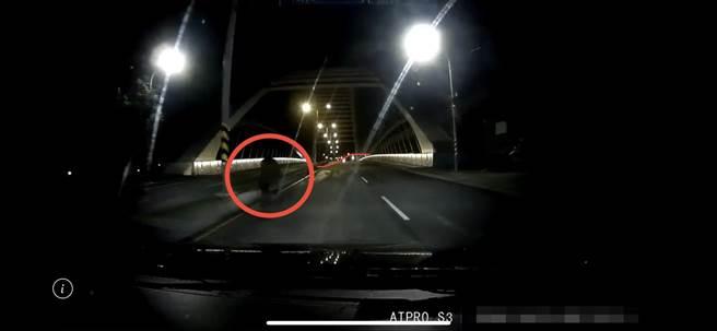 失智老翁暗夜獨走路中,三峽分局熱心警用人臉辨識系統助返家。(戴志揚翻攝)