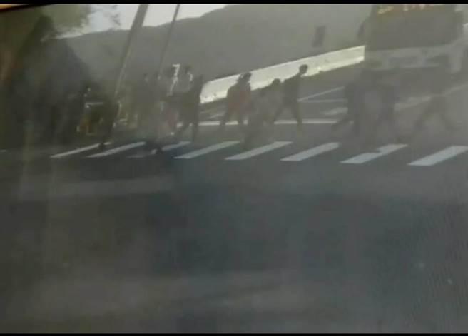一台公車從側面衝過來,一群嘉陽高中的學生當時正在過馬路。(民眾提供/陳淑娥台中傳真)