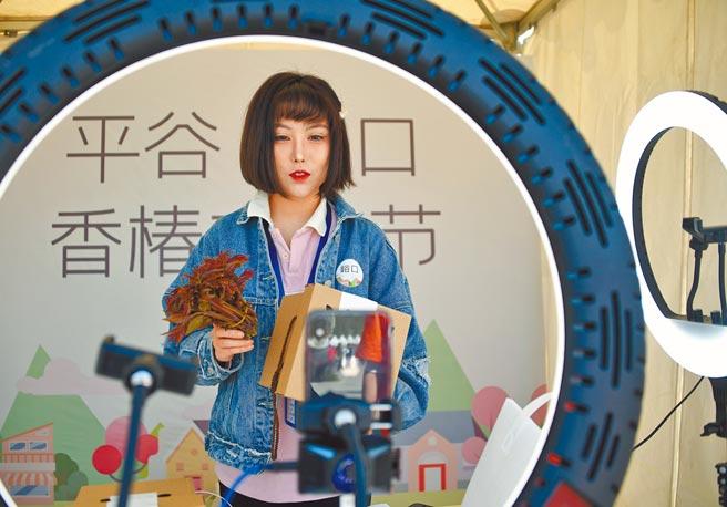 大陸5月1日起實施多項新規,包括直播主帶貨要年滿16歲。圖為北京一名直播主。(新華社)