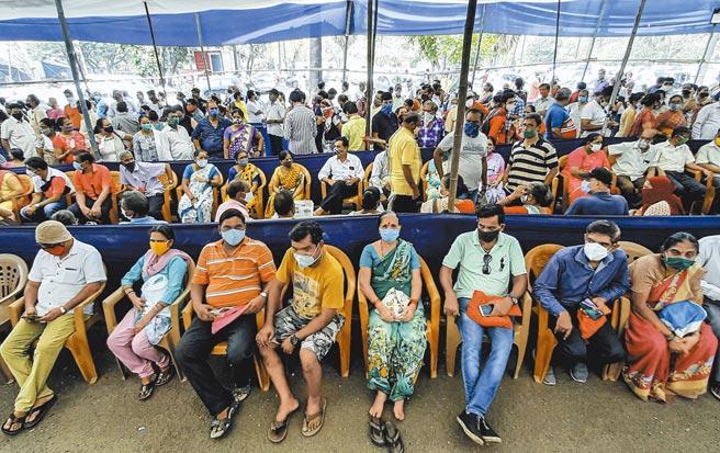 印度衛生部4月28日公佈的數據顯示,該國累計新冠死亡病例超過20萬。由於疫情不斷惡化,醫療資源遭到嚴重擠兌,多地急症病床、醫用氧氣、呼吸機等告急,凸顯了印度醫療體系的脆弱。 這是4月26日,眾多市民戴著口罩在印度孟買排隊等待接種新冠疫苗。 (新華社)