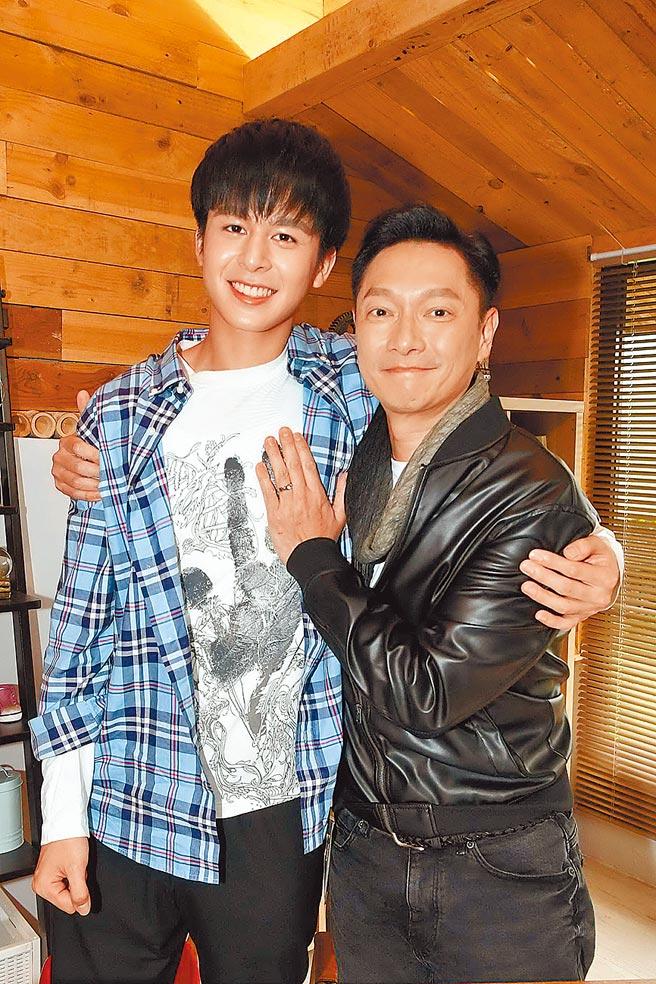 謝祖武(右)和蘇韋華戲裡演父子。(華視提供)
