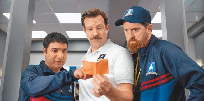 傑森蘇戴西斯(中)主演的熱門喜劇《泰德拉索 錯棚教練趣事多》第2季即將在7月於Apple TV+推出。(美聯社)