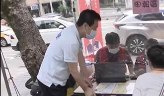 立委費鴻泰首場報稅服務在公園擺攤起跑