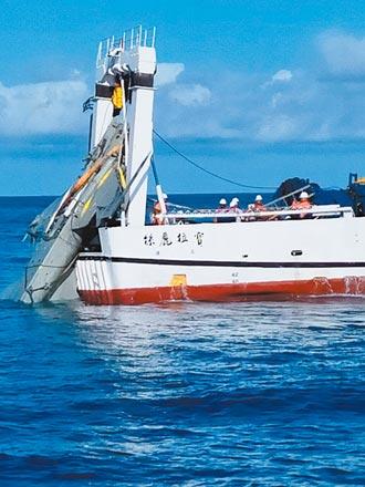 台東墜海半年 F-5E失事戰機昨打撈上岸