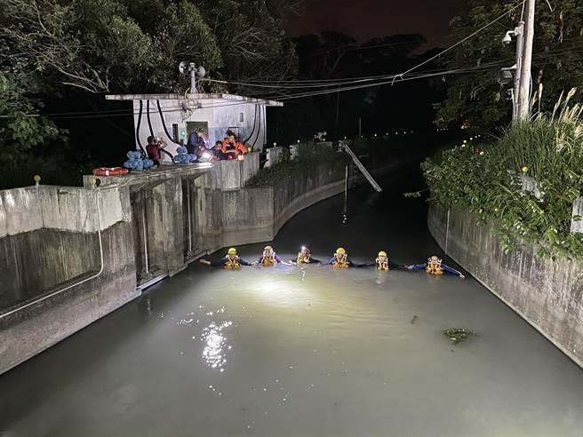 雙載機車疑闖紅燈遭小黃撞飛墜落大圳,1死1失蹤。(圖/翻攝畫面)