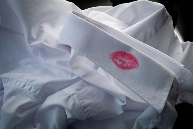 台北市某高級旅館一名已婚男職員與打工妹大搞不倫戀,且兩人對話十分鹹濕,正宮發現後怒提告求償。(示意圖/Shutterstock)