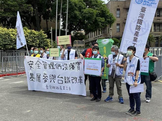 台灣鐵路產業工會今前往行政院陳情,呼籲行政院和交通部傾聽基層民意。(陳祐誠攝)