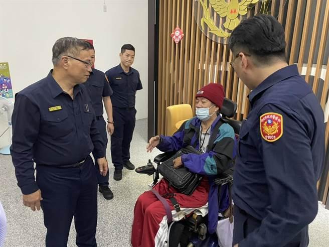 新北市警察局長黃宗仁(左一)到派出所慰勞員警與關心被害人。(王揚傑翻攝)