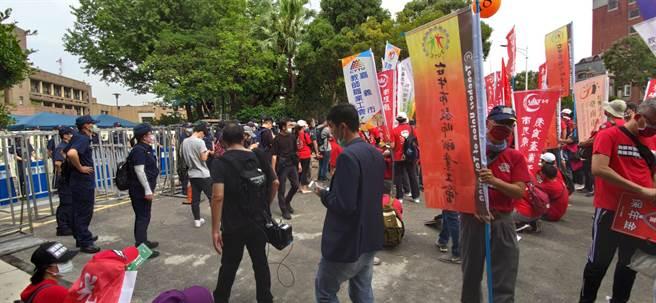 全教總今天參與五一遊行,一度衝至行政院前靜坐要求軍公教調薪應該法制化。(林良齊攝)