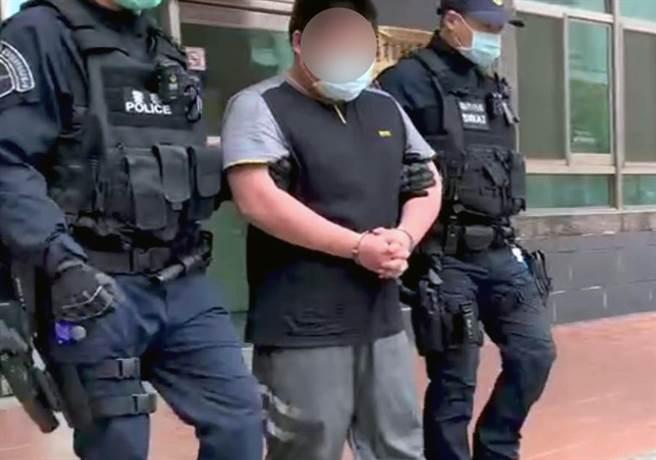 擁槍自重的犯嫌(中)被警方移送法辦。(讀者提供/洪榮志台南傳真)