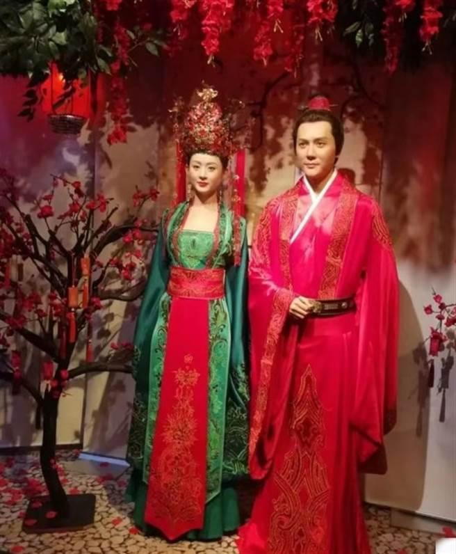 兩人劇中大婚蠟像。(取自微博)