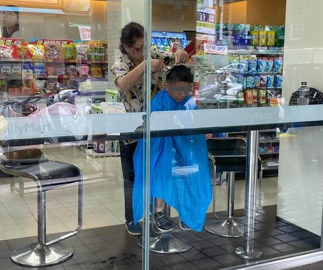 一位女網友經過超商時,卻驚見一位婦人在座位區替小孩修剪頭髮,還自備理髮圍巾披在孩子身上,架勢相當專業。(摘自路上觀察學院)