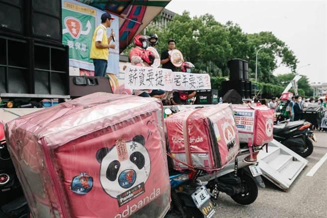 勞工團體1日舉辦五一勞工大遊行,遊行前在總統府前凱道集結,大批外送平台人員也到場參與,拉起布條、高呼口號表達訴求。(郭吉銓攝)
