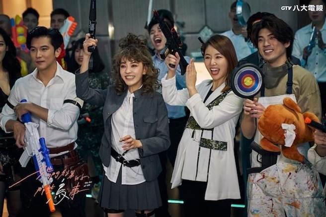邱澤(左起)、陳意涵、林心如、林哲熹以cosplay造型參加婚禮。(八大提供)