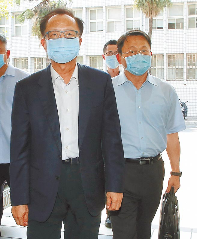 台北市政府警察局長陳嘉昌(左),昨日主動與松山分局長林志誠(右)前往臺北地檢署應訊,並提供個人手機,供檢方查證。(趙雙傑攝)