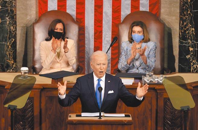 美國總統拜登28日晚發表首場國會演說,公布1.8兆美元「美國家庭計畫」。(路透)