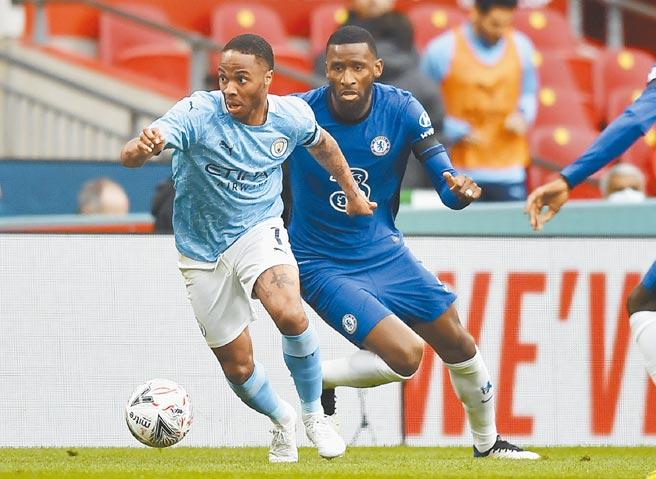 牙買加裔的英格蘭國腳史特林(左)是在社群網站遭到最多種族歧視的足球員之一。(美聯社)